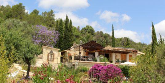 Liebevoll gestaltete Natursteinfinca mit herrlichem Fernblick + 2 Gästehäusern