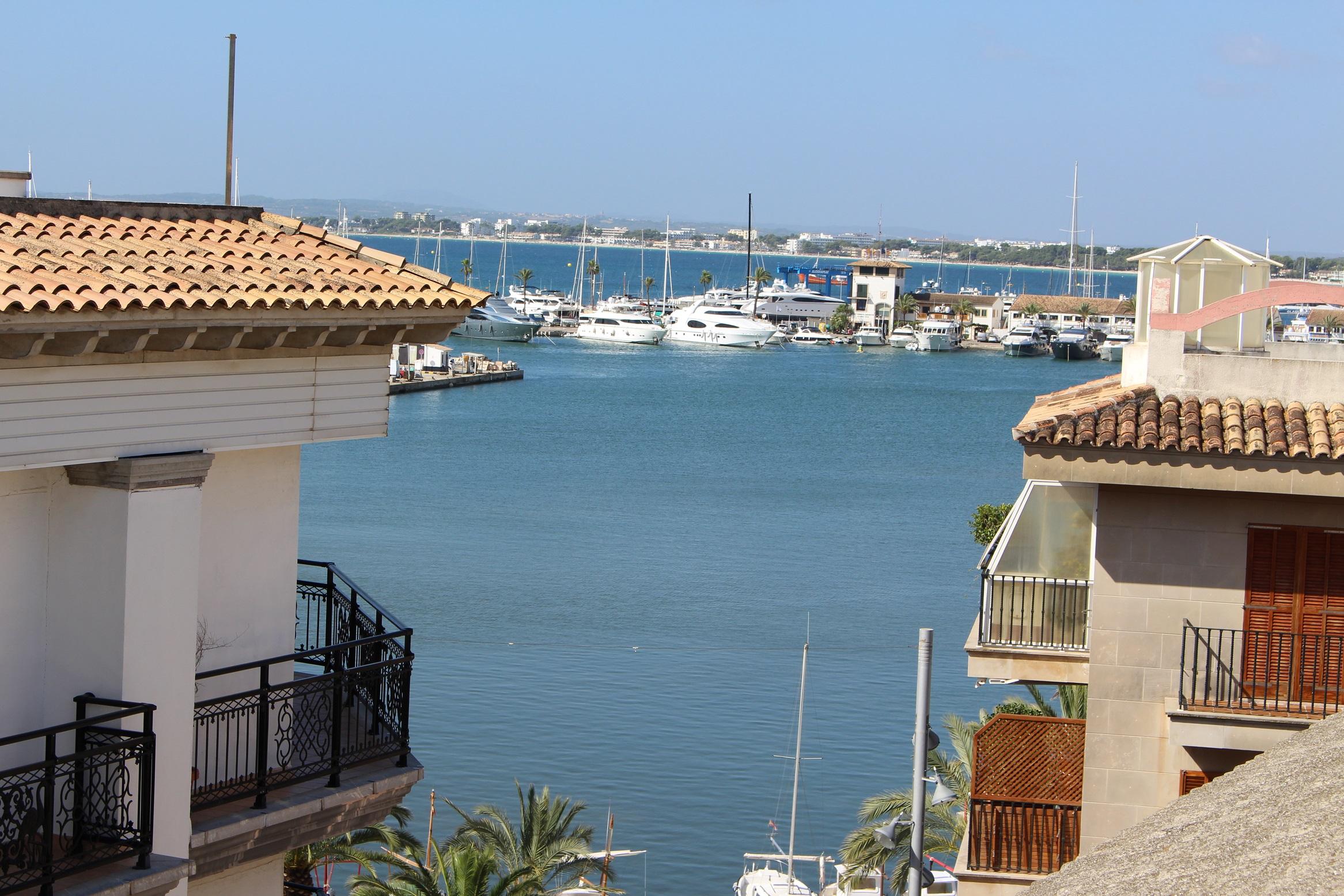 VERKAUFT in Port Alcudia: Dachterrassen-Wohnung mit seitlichem Meerblick